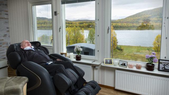 Rainer Leskinen olohuoneessaan hierovassa tuolissa.