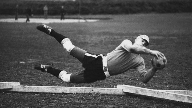 Vesa-Matti Loiri rakasti urheilua. Jalkapallossa hän toimi maalivahtina. Torjumisnäyte syyskuulta 1968.