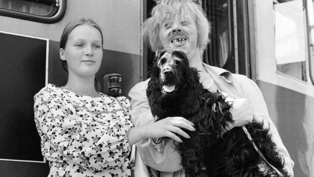 Näyttelijä Vesa-Matti Loiri ja vaimo Mona Speden Turhapuro-elokuvan kuvauksissa vuonna 1973.