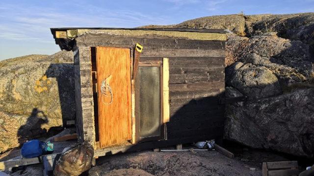 """Vapaaehtoisvoimin nousi uusi sauna myrskyn kaataman """"polttarisaunana"""" tunnetun tukikohdan tilalle."""