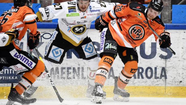 Toukokuun alussa HPK:n Markus Niemeläinen (vas.) ja Markus Nenonen (oik.) taistelivat kiekosta Kärppien Miska Humalojan kanssa jääkiekon Liigan 6. loppuottelussa Hämeenlinnassa.
