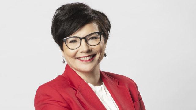 Anu Kuistiala on MTV Uutisten entinen päätoimittaja, nykyinen itsenäinen yrittäjä. Anulla on pitkä kokemus esimiestehtävistä ja hän kertoo kirjassa myös itsestään. Miten selvitä kriisien keskellä ja voittaa oman mielen esteet