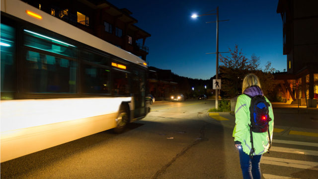 Suomenssa jalankulkijan on lain mukaan pimeän aikana tiellä liikkuessaan yleensä käytettävä asianmukaista heijastinta. Virossa heijastimen käyttö on pakollista.