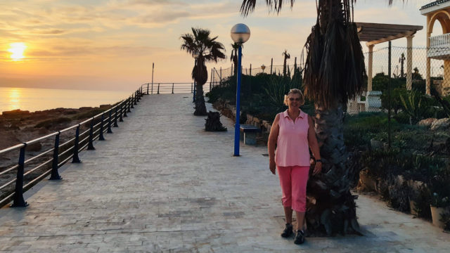 Marjo Lehtonen palmun alla Espanjassa.