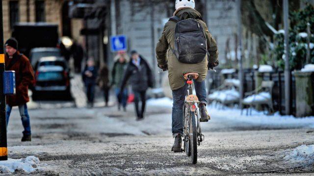 Polkupyöräilijä liikenteessä