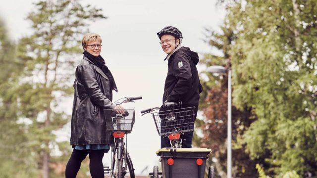 Kun Aino Havukainen ja Sami Toivonen lähtevät ruokakauppaan, Sami kiinnittää pyöränsä perään kätevän kärryn, jolla kauppakassit on helppo kuljettaa kotiin.