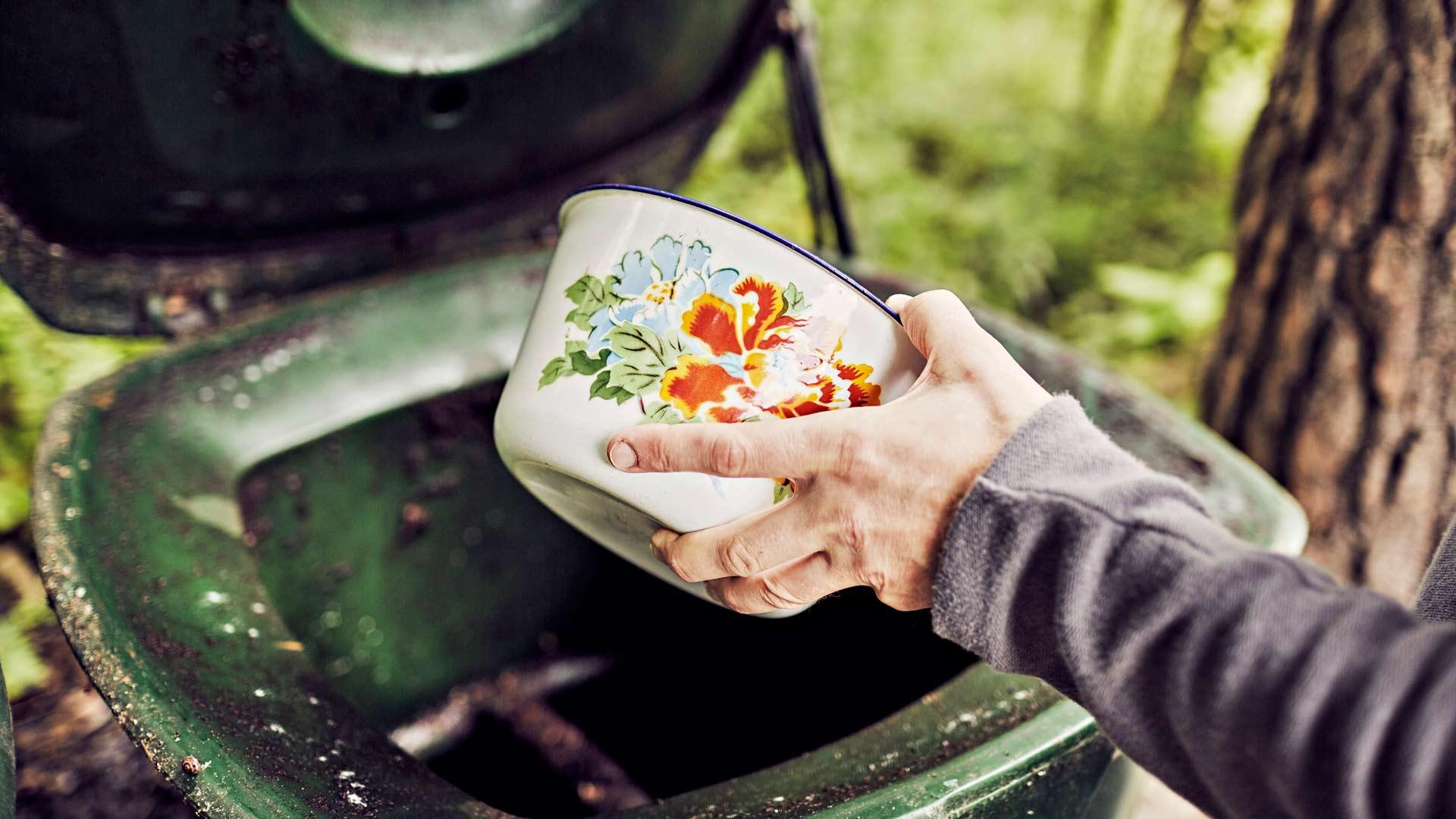 Aino ja Sami keräävät esimerkiksi kasvisten ja hedelmien kuoret keittiössä olevaan emaliastiaan, jonka he tyhjentävät kompostiin päivittäin.
