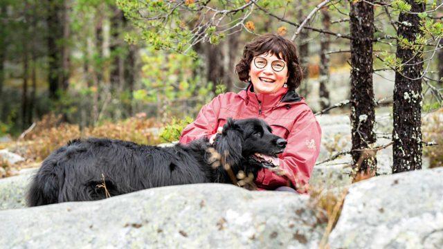 """12-vuotias Ilo-koira on emännälleen nimensä veroinen. """"Kun Ilosta aika jättää, niin on seuraavan ikääntyneen karvaturrin aika muuttaa koirien vanhainkotiini. Nautimme elämästä yhdessä hitaammin"""", Hellevi Karppinen nauraa."""