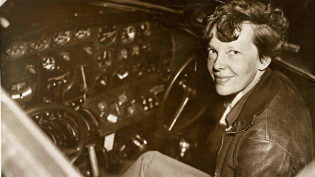 Amelia Earhart yritti maailmanympärilentoa, mutta katosi Tyynellämerellä heinäkuun toisena päivänä.