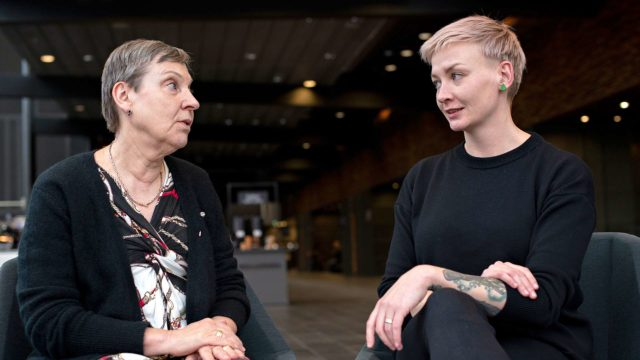 Kirjailija Anni Saastamoinen kertoi toimittaja Marja-Terttu Yli-Sirniölle, että Sirkka-romaanin päähenkilössä on paljon häntä itseään.