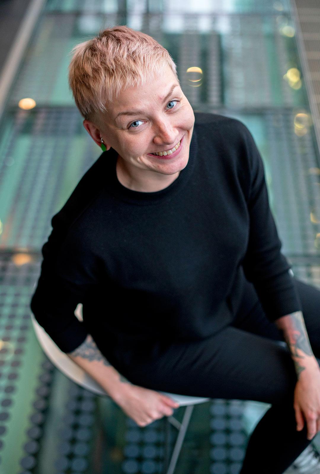 """""""Kirjoitin romaania työn ohessa. Se oli hauska vastapaino uutistyölle"""", sanoo Iltalehdessä toimittajana työskentelevä Anni Saastamoinen."""