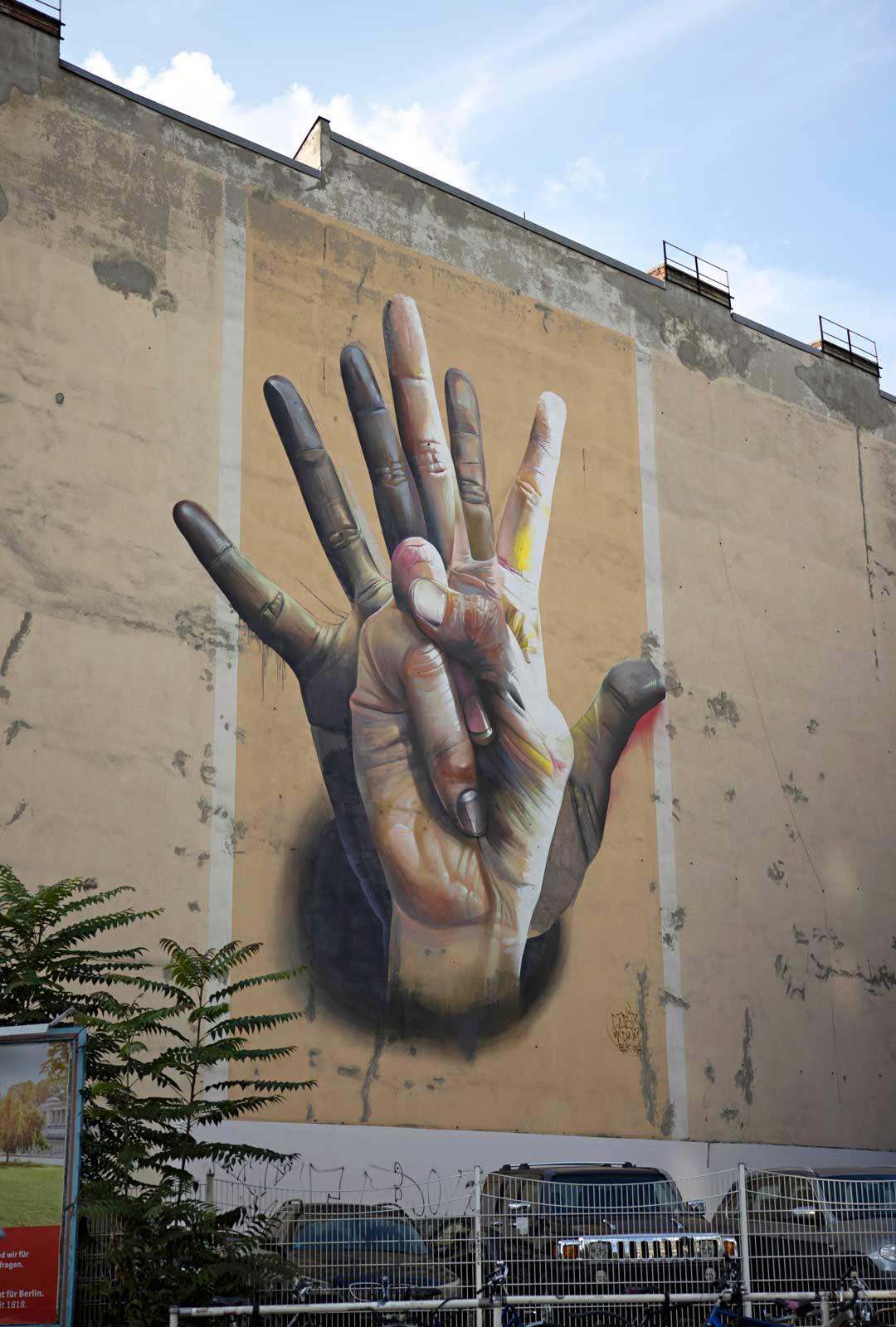 Muurista jäljelle jäänyttä pätkää Mühlenstrassella. East Side Galleryssä on kilometrin matkalla 118 graffitia.