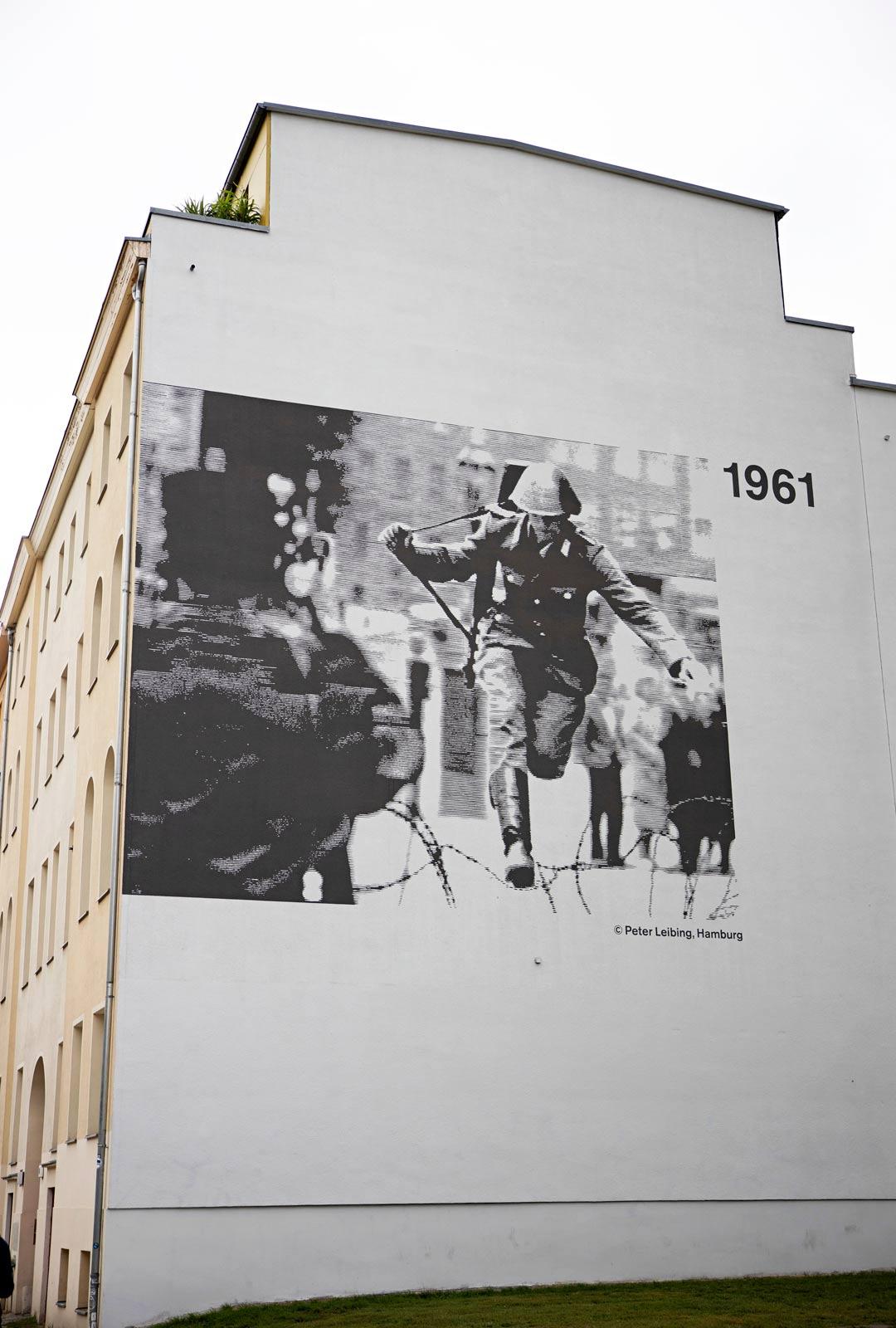 Kuuluisin pakokuva on ikuistettu kerrostalon seinään. Itäsaksalainen sotilas Conrad Schumann teki myöhemmin itsemurhan.