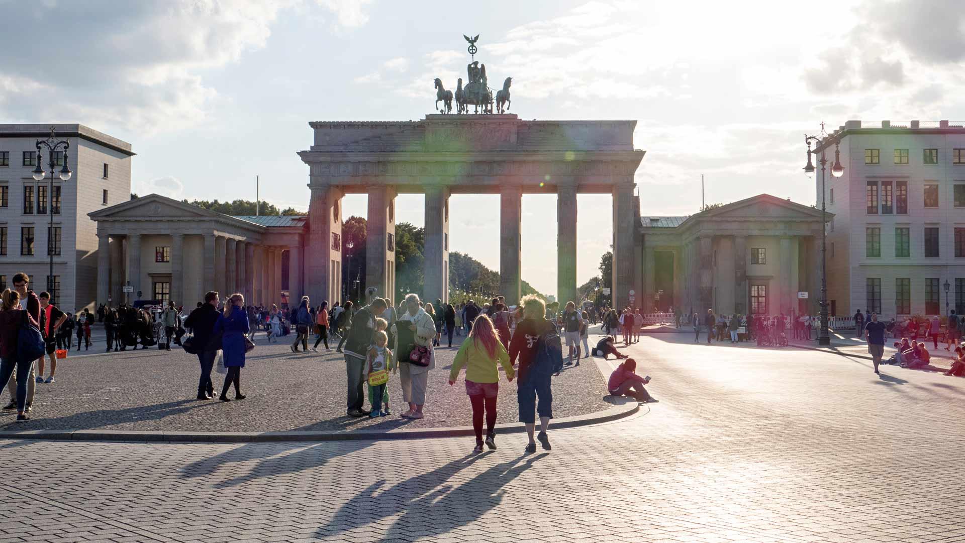 Brandenburgin portilla on tehty monesti historiaa. Portti ehti olla 40 vuotta jaetun kaupungin rajalla.