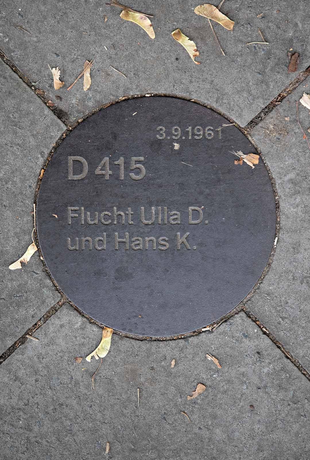 Jalkakäytävässä on muistolaattoja, jotka kertovat pakenijoista. Ulla D. ja Hans K. jäivät henkiin.