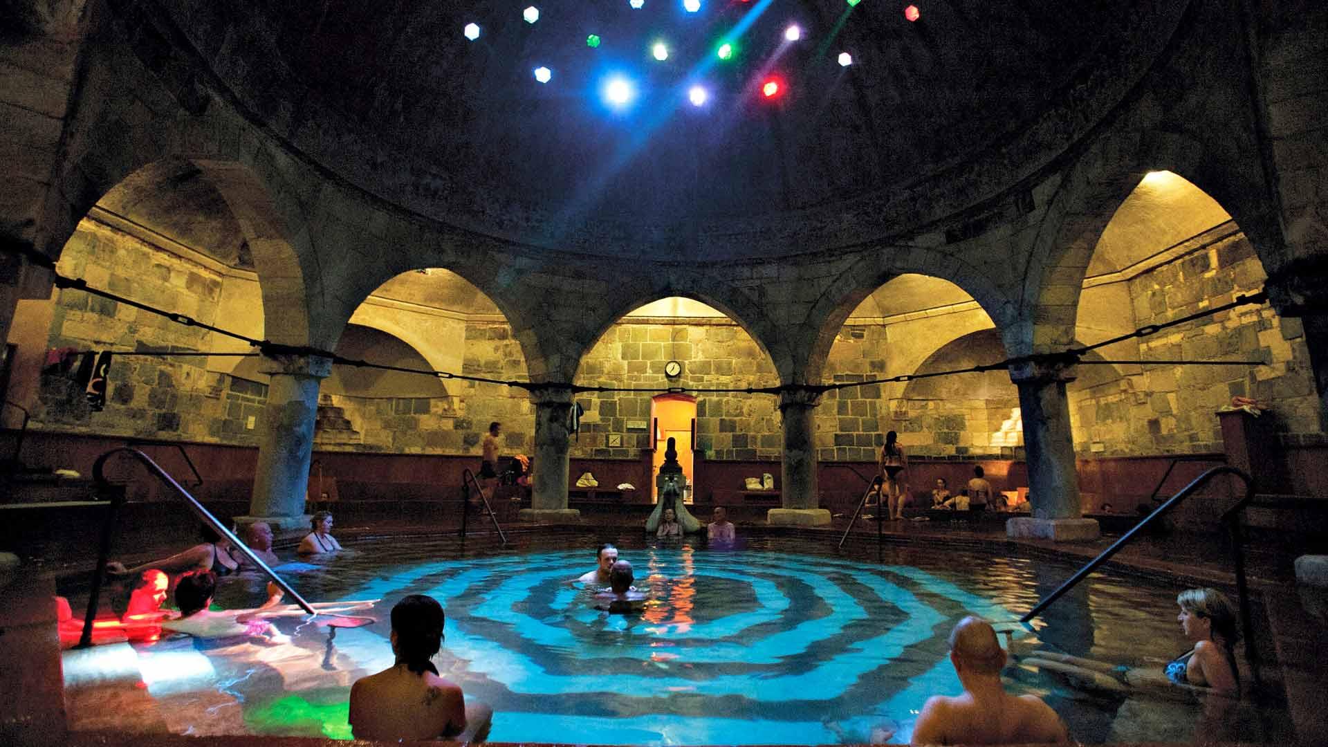 Rudas-kylpylän eksoottinen turkkilainen allas on korkean kupolin alla.