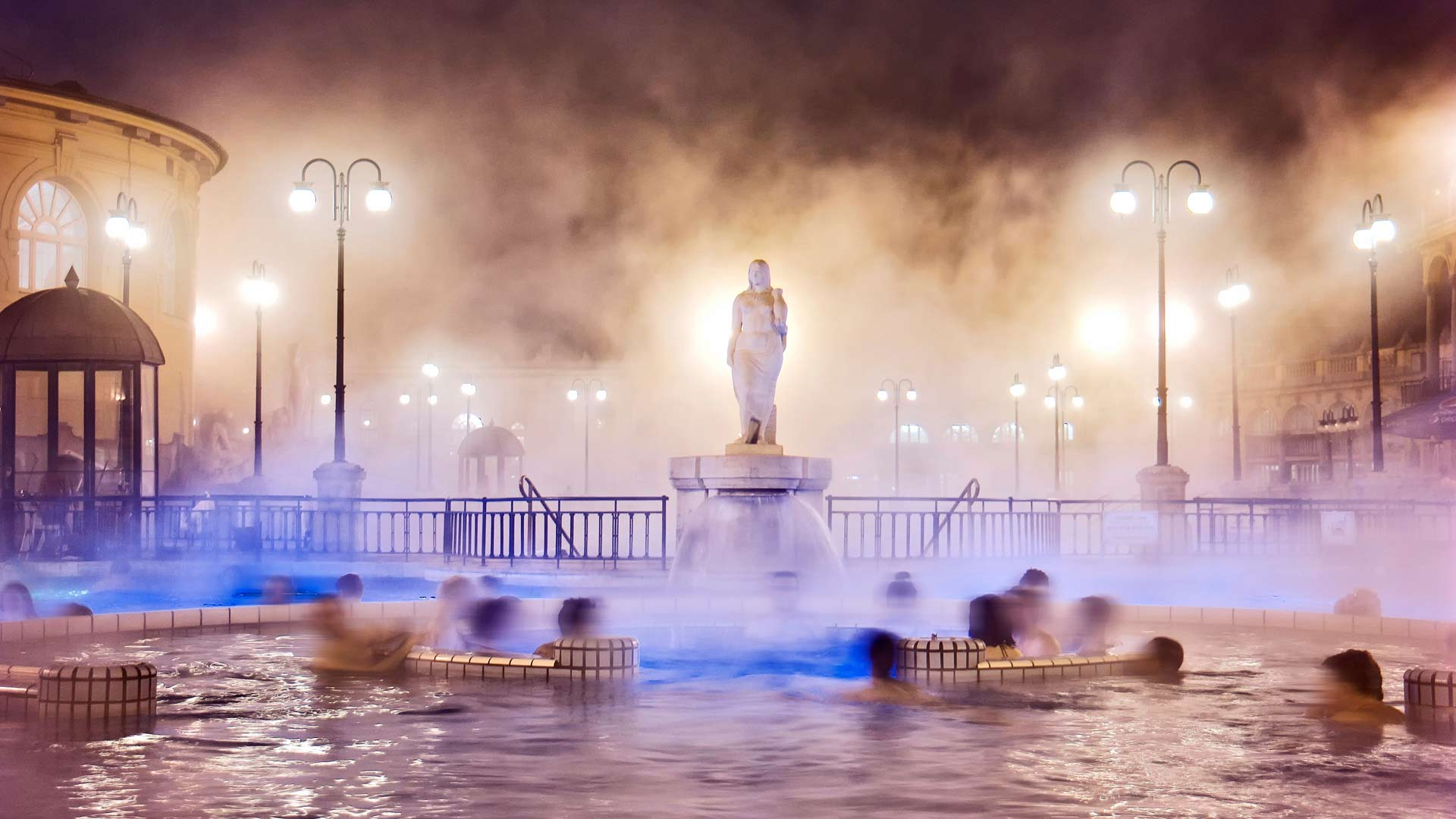 Lämmin vesi houkuttelee Szechenyi-kylpylän sisäpihan altaille erityisesti talvella. Pipo päähän!