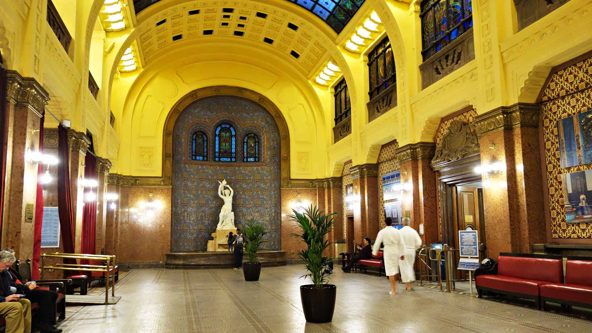 Gellertin kaunista aulaa voi käydä vapaasti katsomassa. Samassa rakennuksessa Tonavan rannalla toimii myös hotelli.