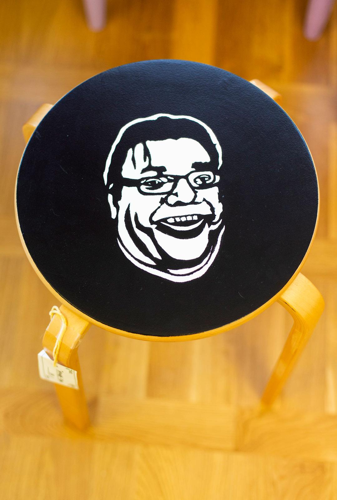 Poliitikkojen naamoin varustetut jakkarat ovat olleet suosittuja Vihdin kierrätyskeskuksessa.