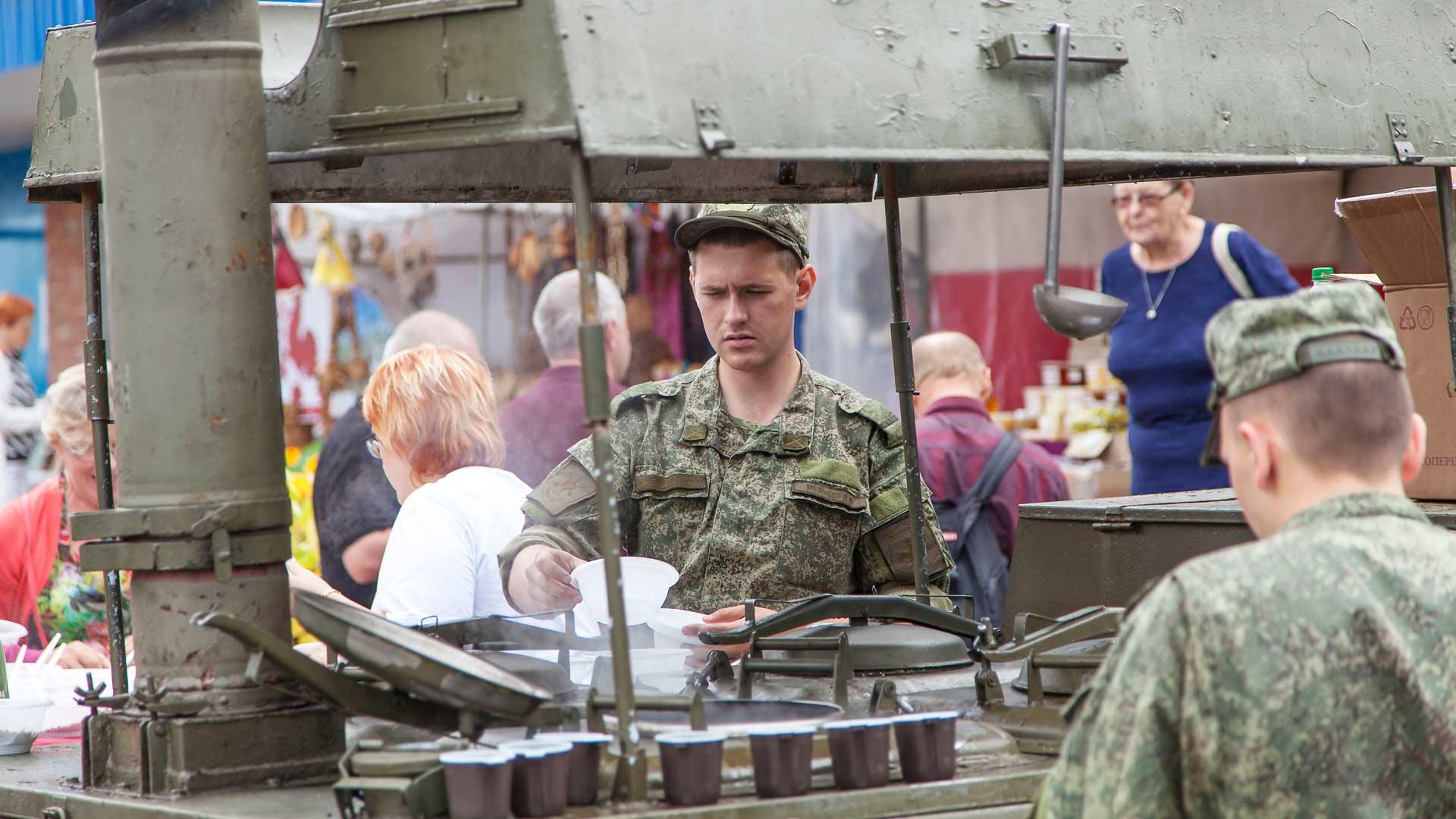Venäläiset varusmiehet jakavat kihuvieraille tattaripuuroa soppatykistä.