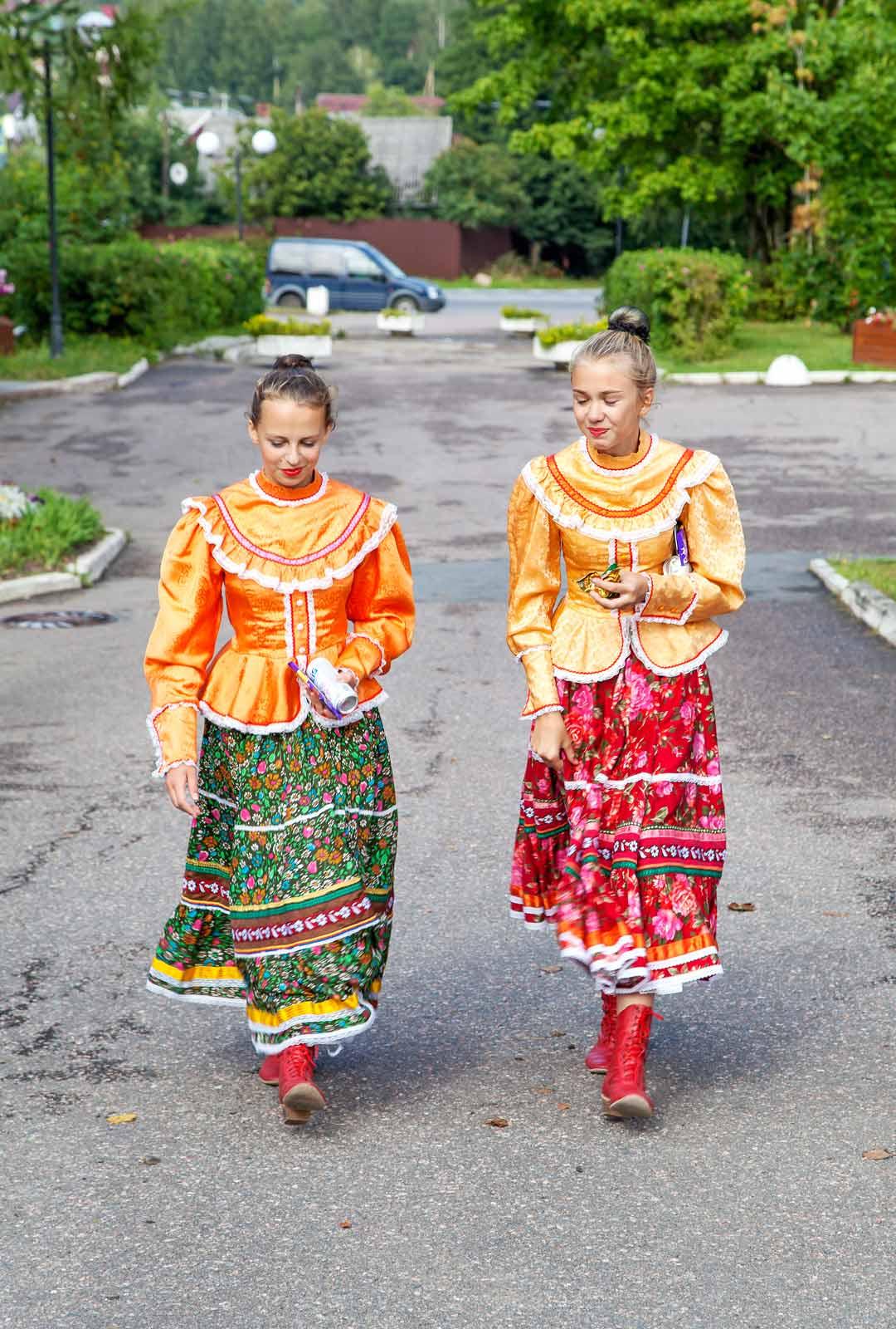 Venäläiset nuoret esittivät kihujen pääjuhlassa kansantansseja.