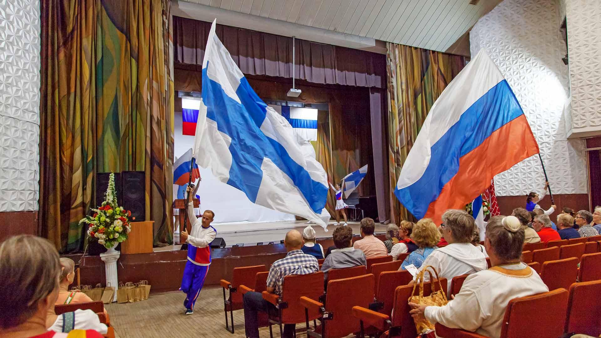 Liput liehuvat ja musiikki pauhaa. Paikallisten nuorten esittämä lippushow on sopivasti mahtipontinen aloitus kihujen pääjuhlalle.