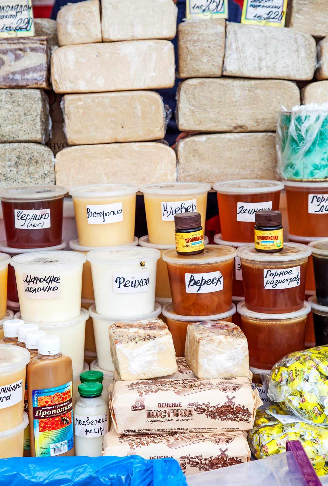 Venäläiset myyvät juhlassa omia tuotteitaan.