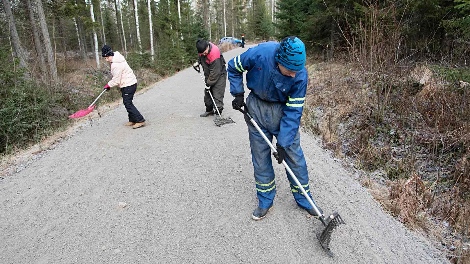 Yksi toistuva työ Kiikussa on kivien kerääminen pois hevosten ajotieltä. Se hoituu aina rivakasti porukassa.