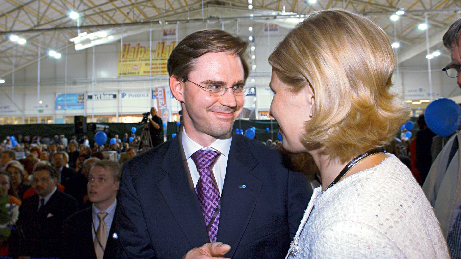Vuonna 2004 ainakin media piti Marjo Matikainen-Kallströmiä ennakkosuosikkina puolueen johtoon. Rankan lobbauksen jälkeen toiselle kierrokselle pääsivät silti Jyrki Katainen ja Ilkka Kanerva, josta Katainen otti helpon voiton.