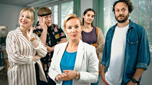 Terhi Suorlahden (keskellä) näyttelemä rehtori Sari Valjakka pistää tuulemaan niin opettajainhuoneessa kuin koulupihallakin.