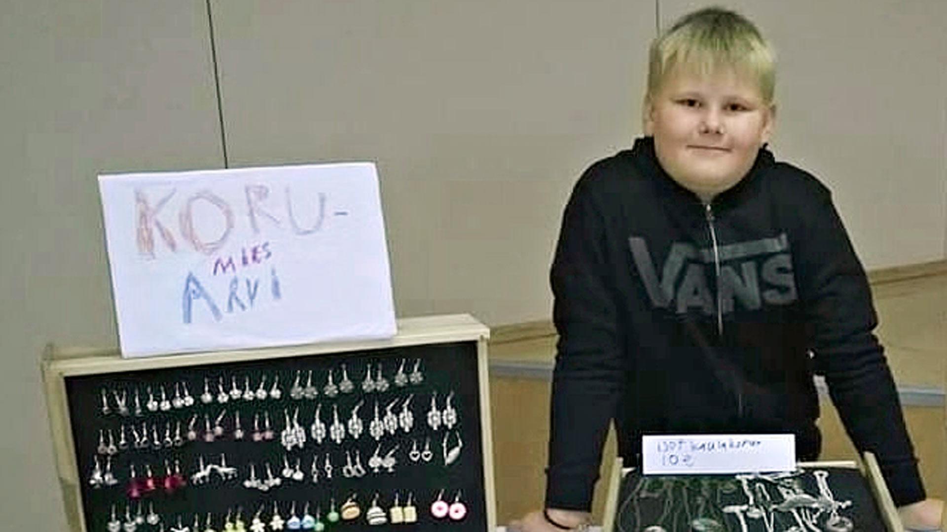 Pukkilan joulumyyjäisissä vuonna 2015 Arvi myi ensimmäistä kertaa korujaan.