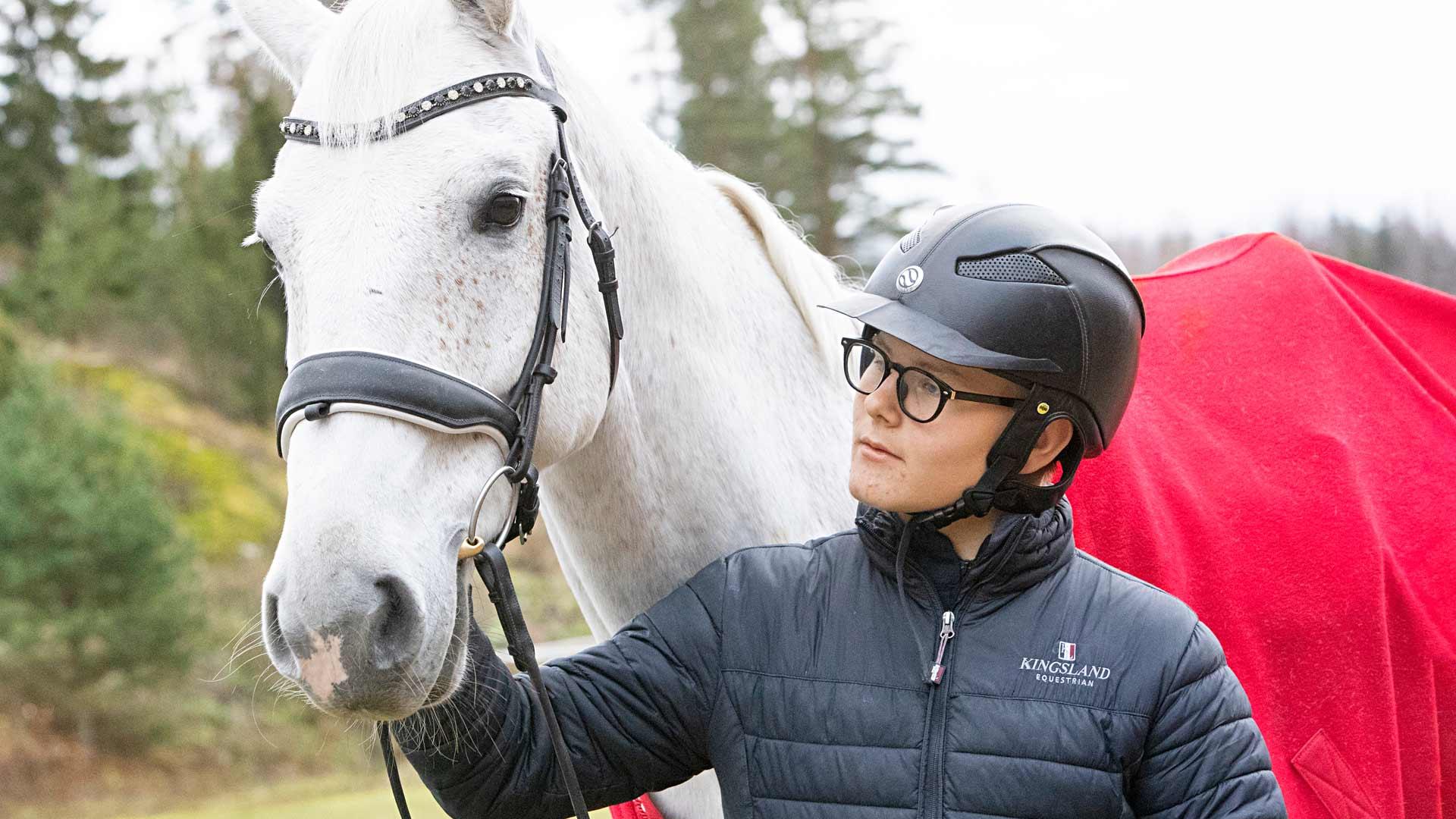 Vielä Arvi ei tiedä, mitä muuta hänestä tulee isona kuin kilparatsastaja. Mutta se on varmaa, että hän haluaa tienata paljon rahaa, jotka voi taas tuhlata hevosiin.
