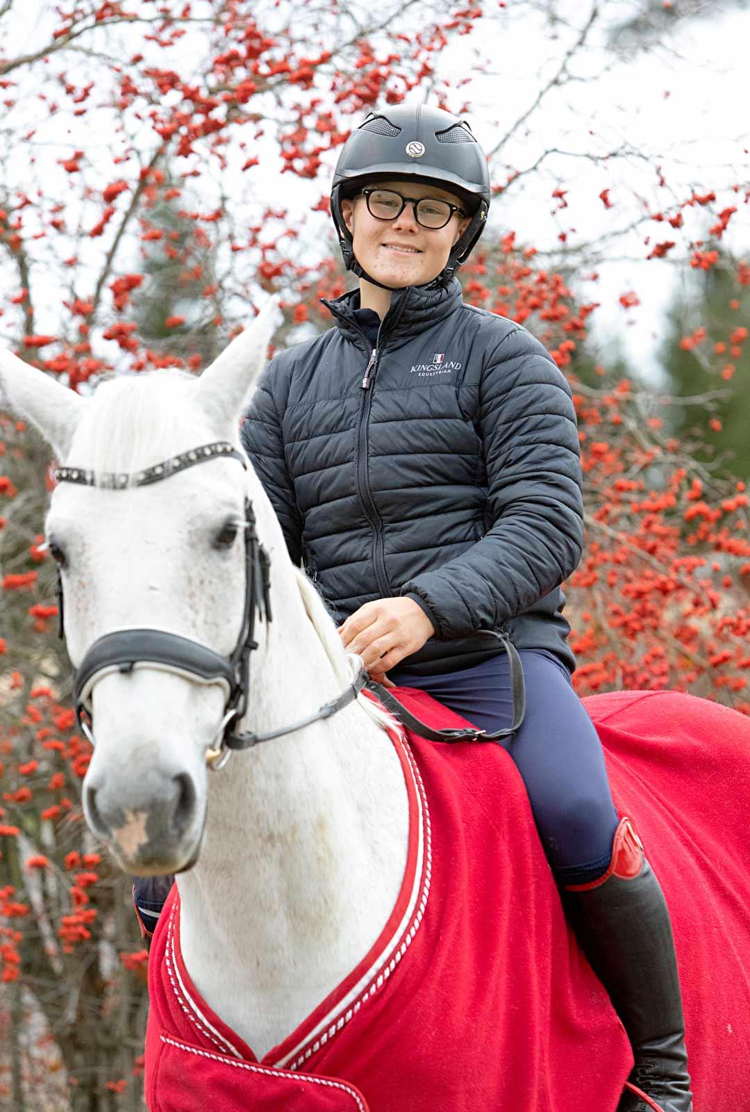 Arvi kehuu Valkoa rauhalliseksi ja luotettavaksi hevoseksi, joka ei pelkää kuin serpentiiniä ja joskus lehmiä.