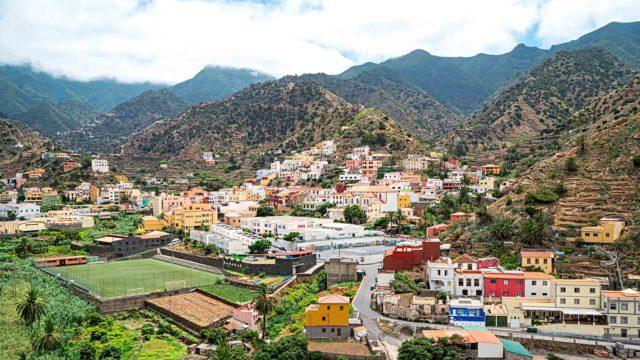 """Vallehermoso """"Kaunis laakso"""" on nimensä mukainen: silmiä hivelevää vehreyttä, rotkoja ja palmuja."""