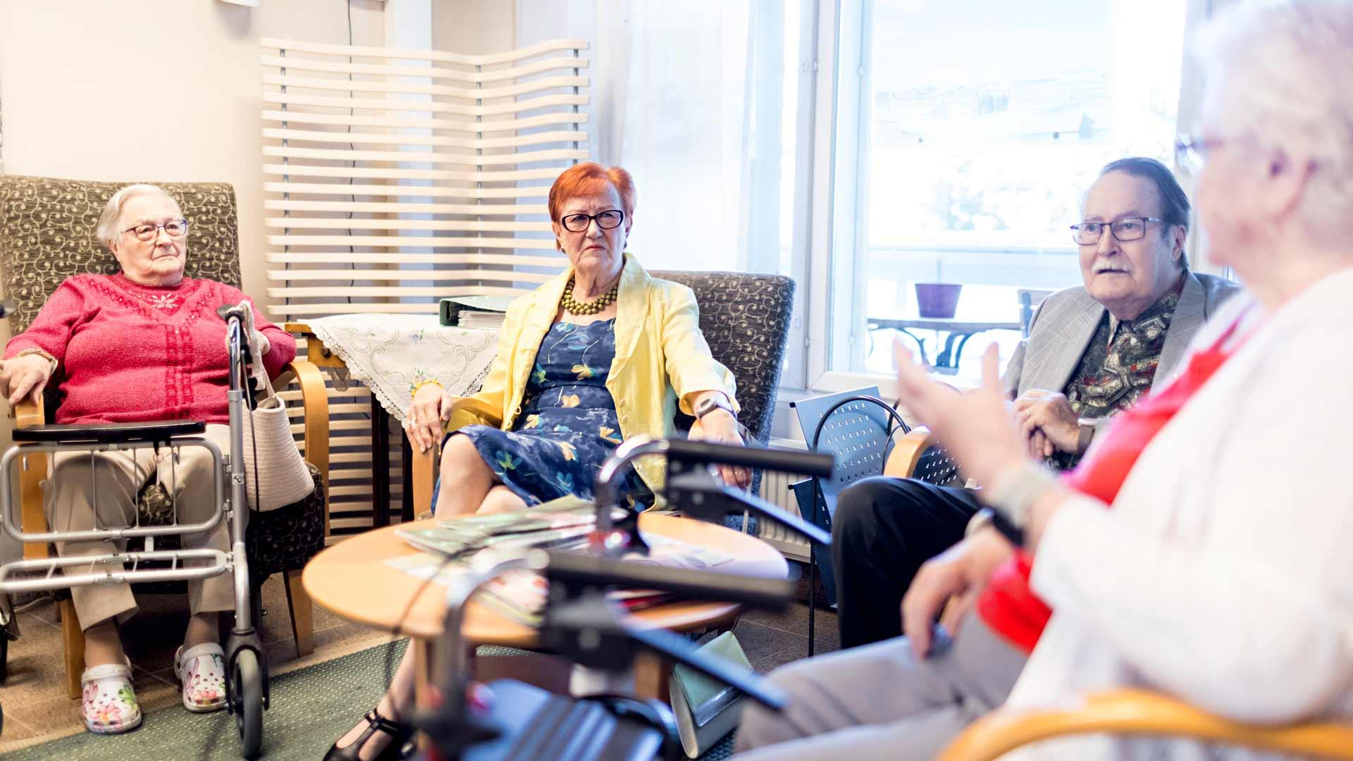 Rauha Laatta (vas.), Marja-Leena Helminen, Pertti Helminen ja Raili Kivistö juttelevat usein ajankohtaisista asioista.