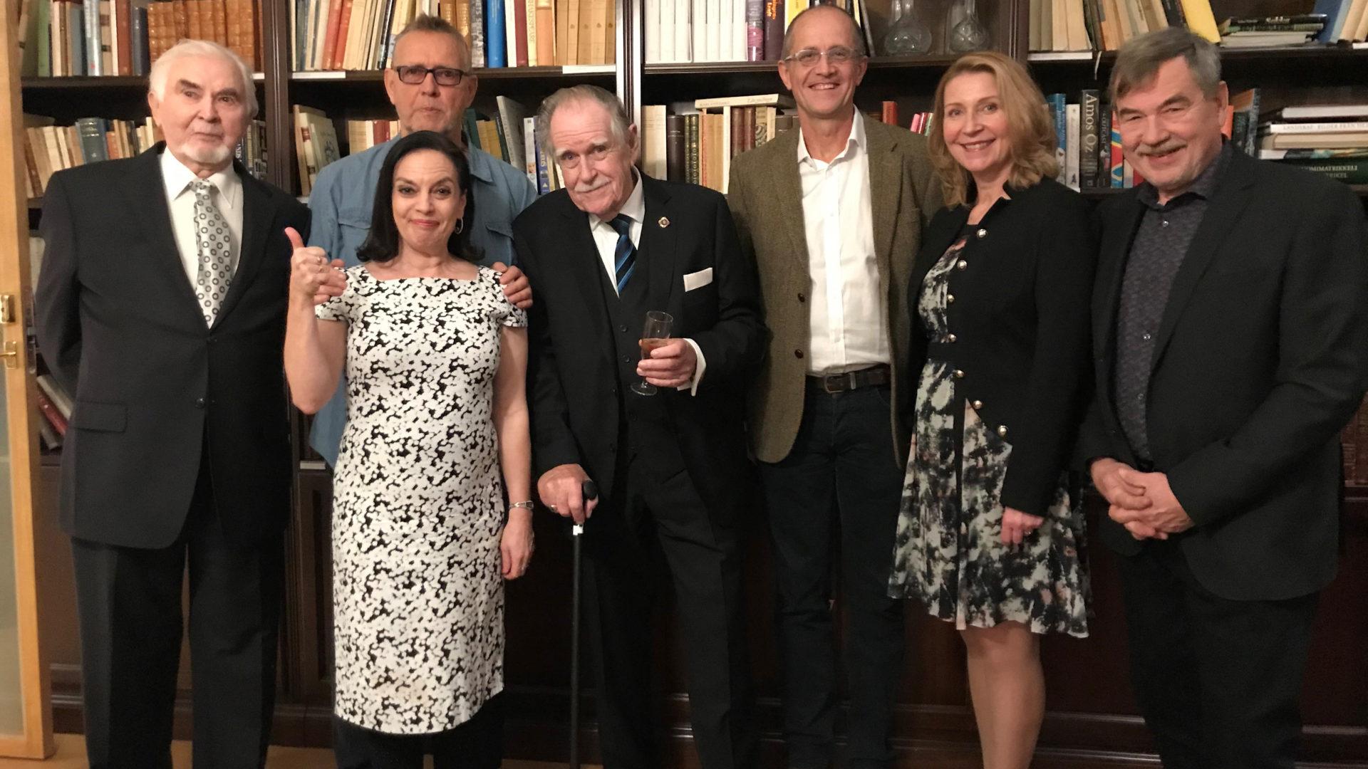 """""""Se oli ihanaa aikaa"""", muistelevat Metsoloissa näytelleet Algot Böstman (Nils Eklund), Anna-Leena Härkönen (Liisa Metsola), Svante Martin (Risto Metsola), Mikael Andersson (Stig Eklund), Katriina Honkanen (Eeva Metsola) ja Juha Hyppönen (Kari Kaukovaara) ohjaaja Carl Mestertonin ympärillä."""
