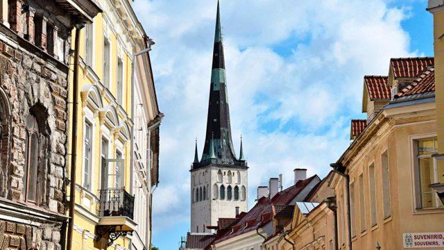 Tallinnan korkea kirkontorni on kaikille turisteille tuttu. Olevisten kirkon värikäs historia sen sijaan ei ole niin tunnettu.
