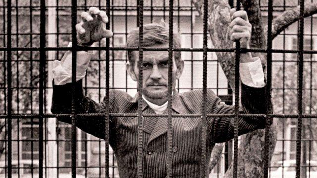 """Vuonna 1981 """"tutkimustieteen professori"""" Hakasalo sai ehdollisen vankeustuomion ammatinharjoittamisesta ilman lääkärin lupaa ja katteettoman tittelin käytöstä. Hakasalo vertasi vainoamistaan siihen, että lukutaitoakin aluksi karsastettiin ja pidettiin pelottavana."""