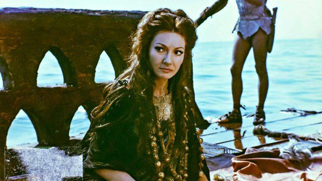 Diivana palvottu oopperalaulaja Maria Callas näyttelee Medeiassa ainoan elokuvaroolinsa.