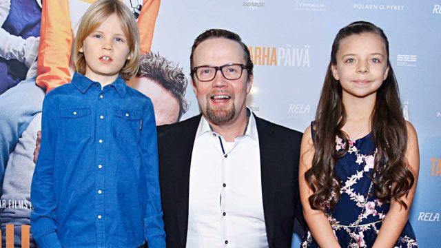 Petteri Summanen nähdään pääroolissa Tarhapäivä-elokuvassa. Vierellään lapsinäyttelijät Olavi von Bagh ja Ellen Herler.