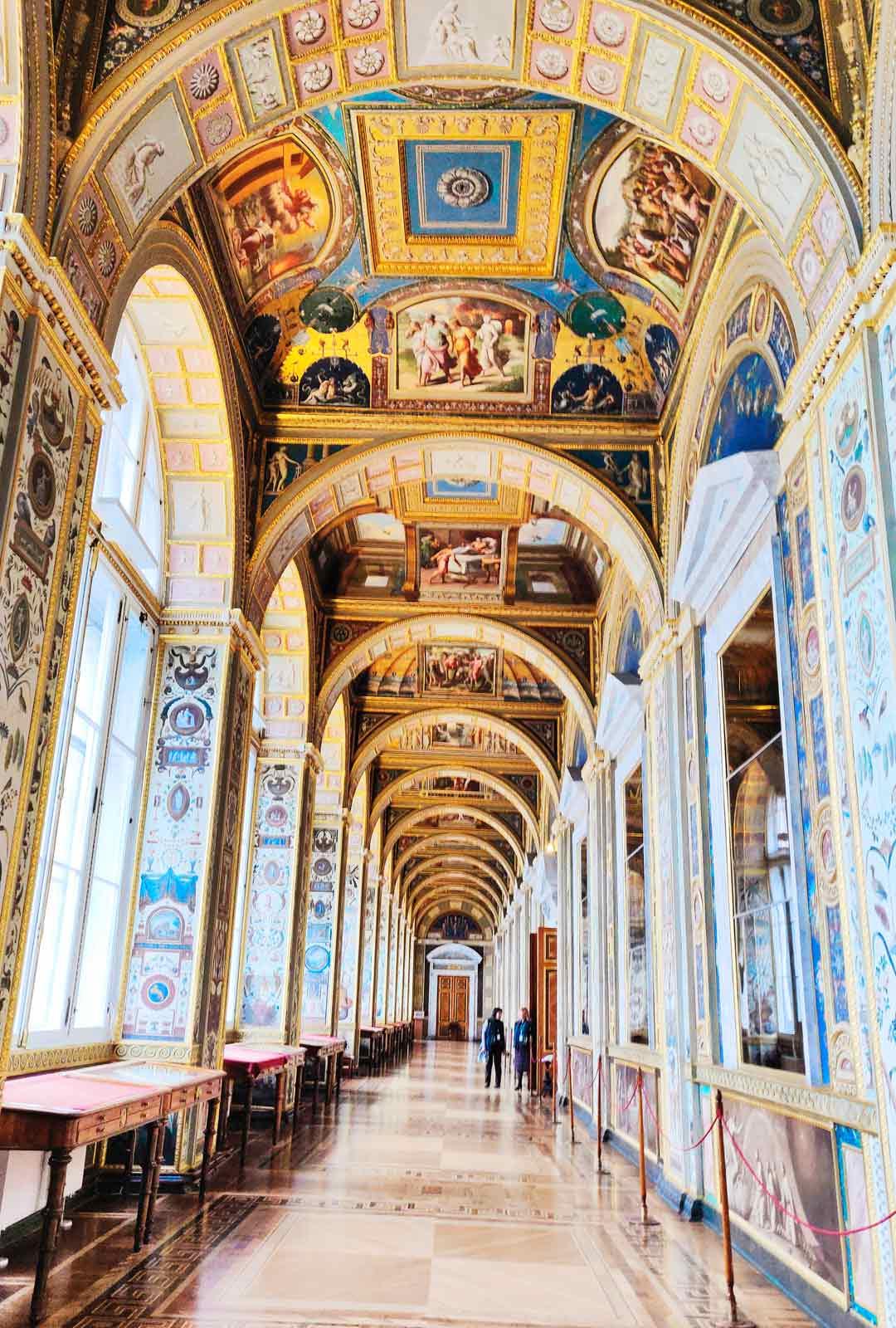 Keisariperheen edustus- ja asuinrakennus Eremitaaši on nykyään yksi maailman suurimmista taidemuseoista. Sen kokoelmissa on yli kolme miljoonaa taideteosta, joista vain pieni osa on esillä.