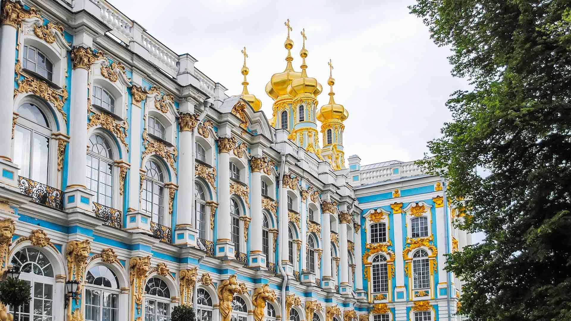 Katariinan palatsia ympäröivät ranskalaistyyliset puistopuutarhat. Palatsin kuuluisin tila on Meripihkahuone.