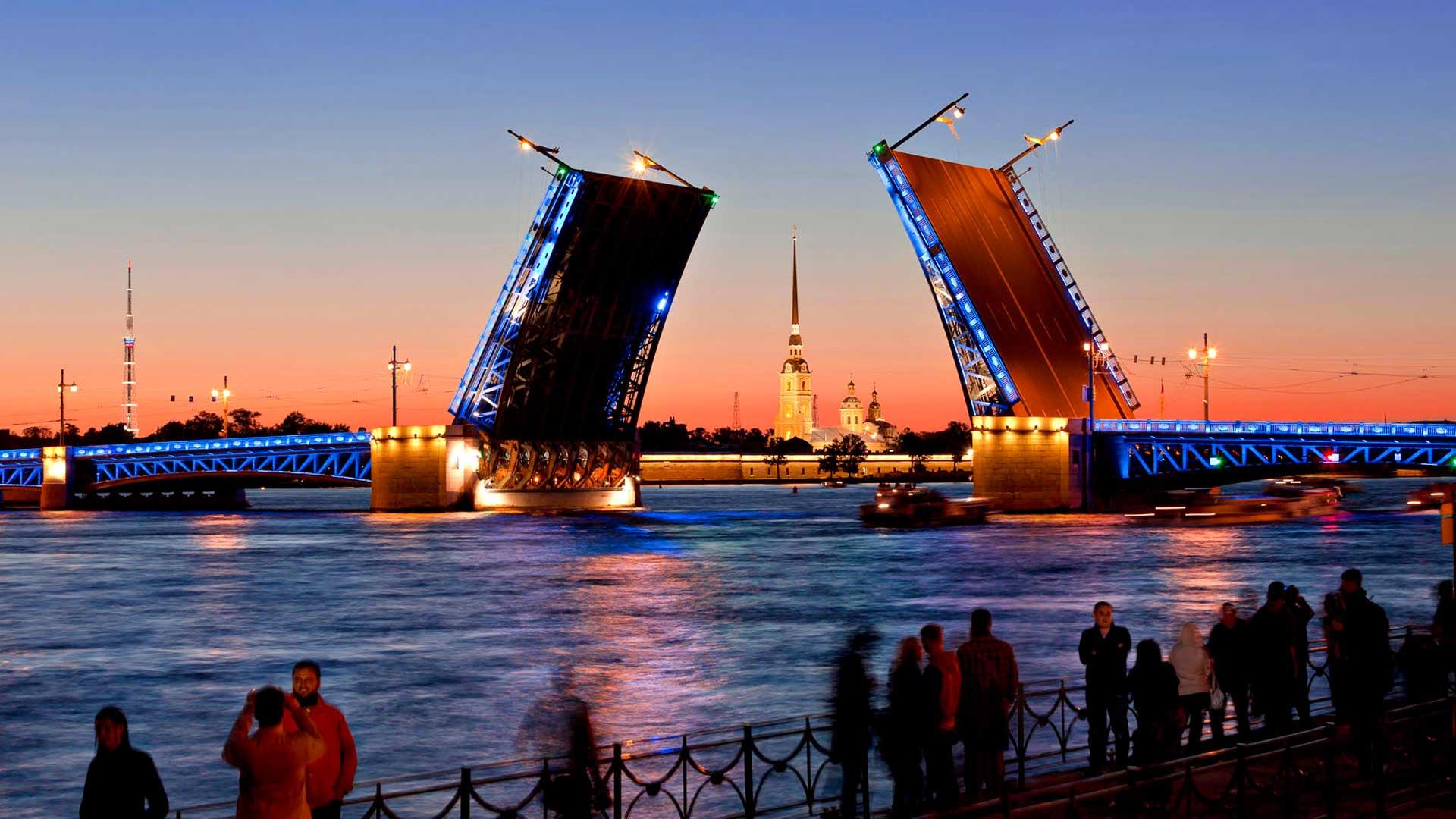 Aamuyöllä vuoron perään avautuvat sillat tarjoavat uljaan näytelmän Pietarin kävijälle.