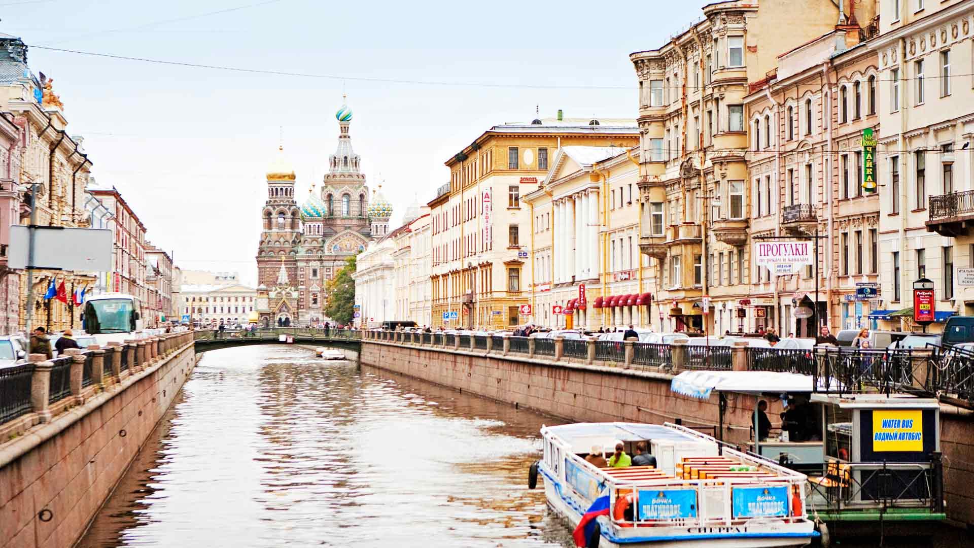 Pietari Suuri halusi tehdä Pietarista eurooppalaisen kaupungin. Mallia otettiin niin Venetsiasta, Amsterdamista kuin Ranskan puistoistakin.
