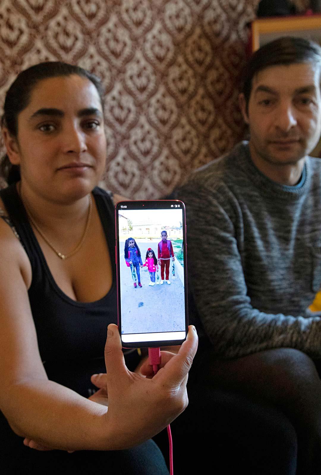 Lidia kaipaa Romaniassa olevaa tytärtään ja soittaa tälle joka päivä. Tällä hetkellä tytär asuu Lidian isosiskon ja tämän perheen kanssa. Vahvat perhesiteet ja sisarusten lapsista huolehtiminen ovat romanien keskuudessa yleistä.
