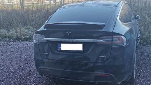 Jarkko Jokelainen jätti Teslansa rengaskorjaamolle, mutta yllättyi kun huomasi auton olevan liikenteessä.