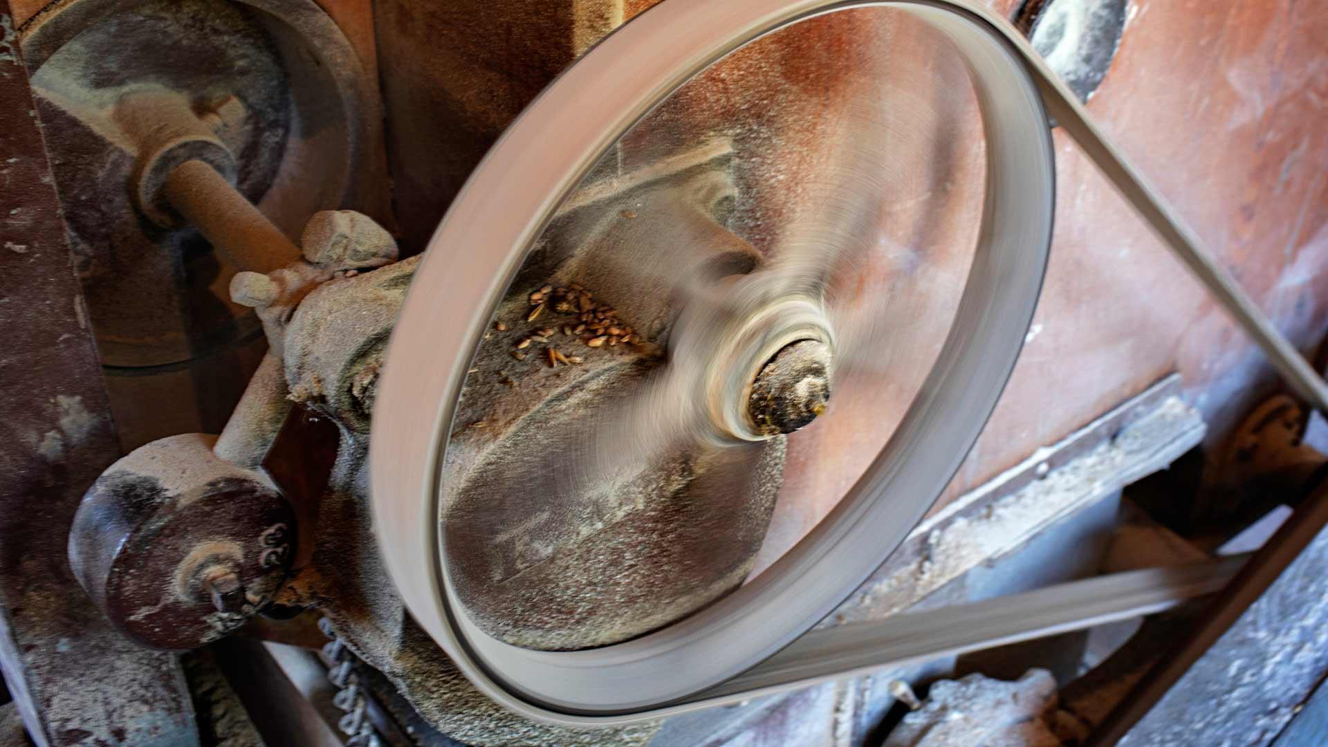 Valssikoneen hihna pyörii satoja kierroksia minuutissa ja pitää kovaa meteliä.
