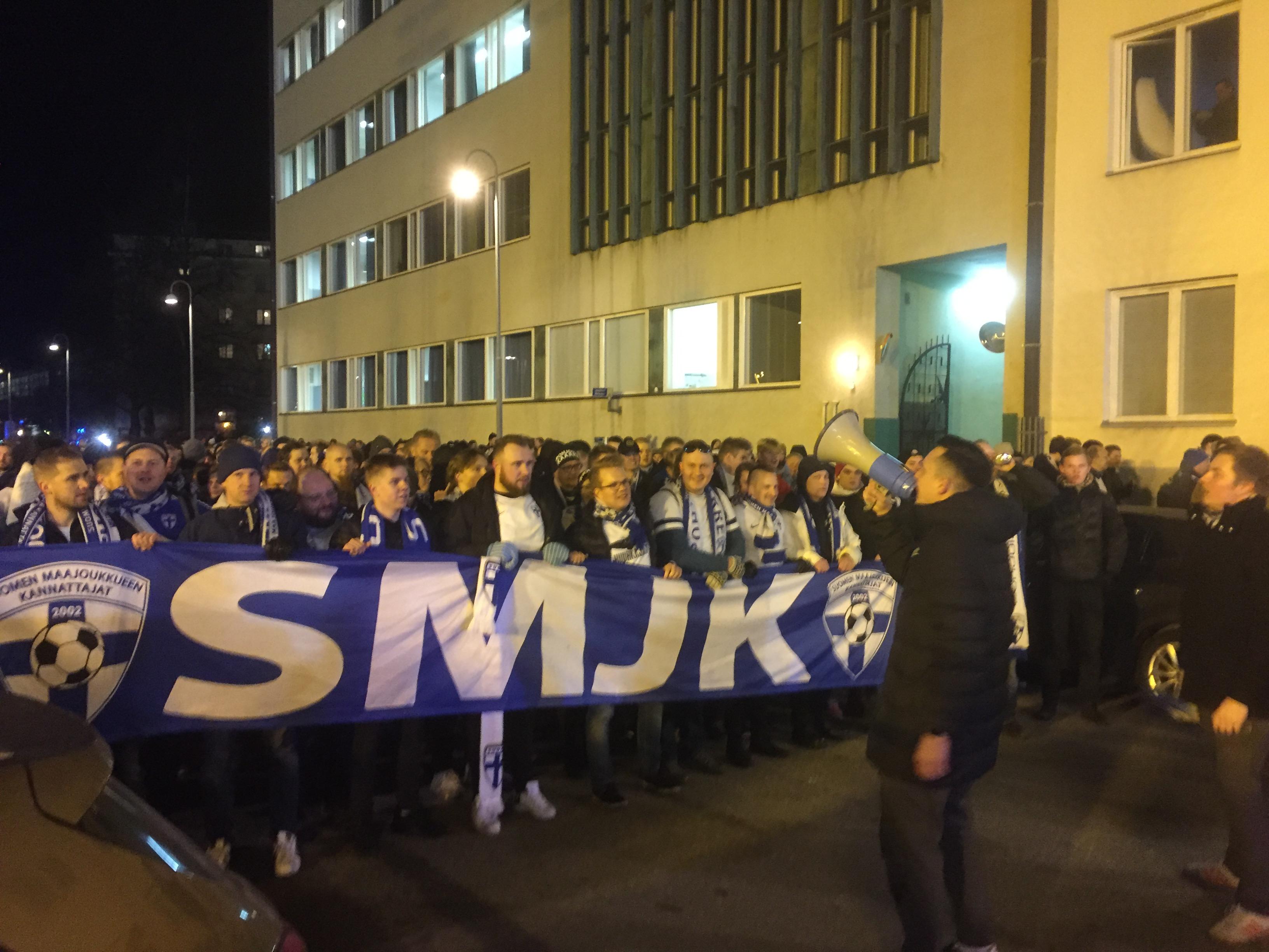Suomen maajoukkueen kannattajat ry:n johtama kulkue avaa äänijänteitään Töölössä tunti ennen Suomi-Lichntenstein-ottelua.