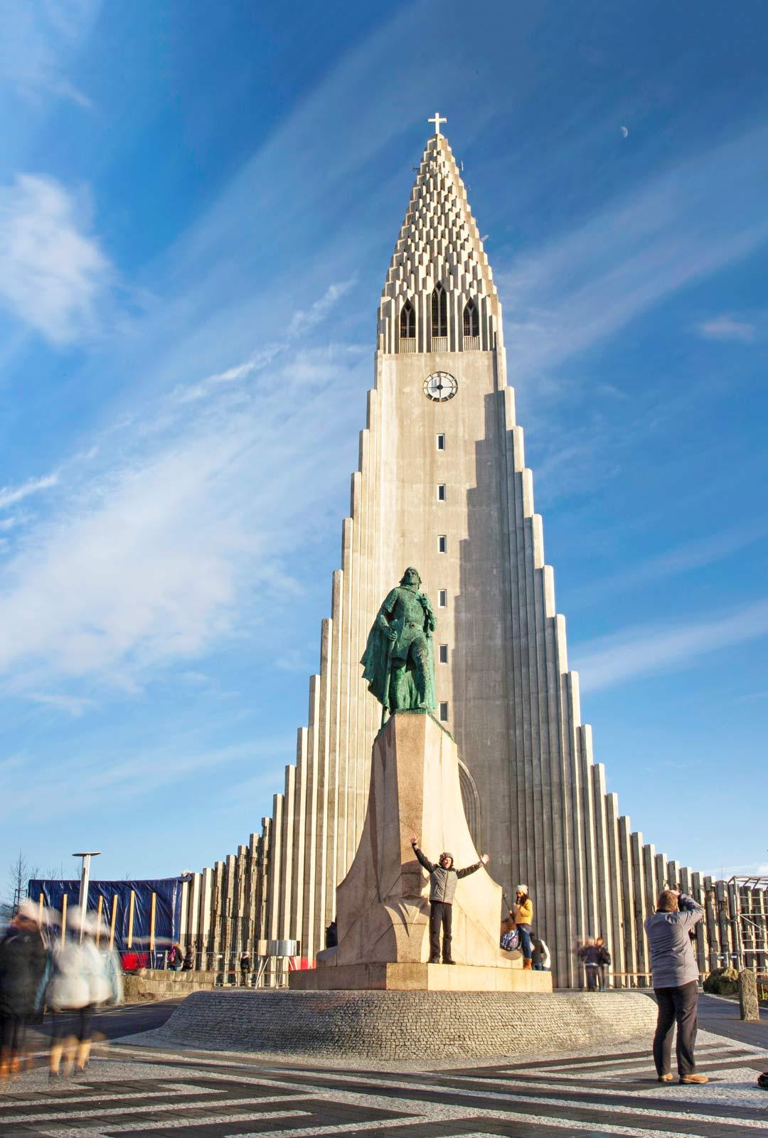 Kirkon edessä seisoo ylväänä skandinaavisen muinaisuskon jumalia palvonut viikinki Leifur Eríksson.