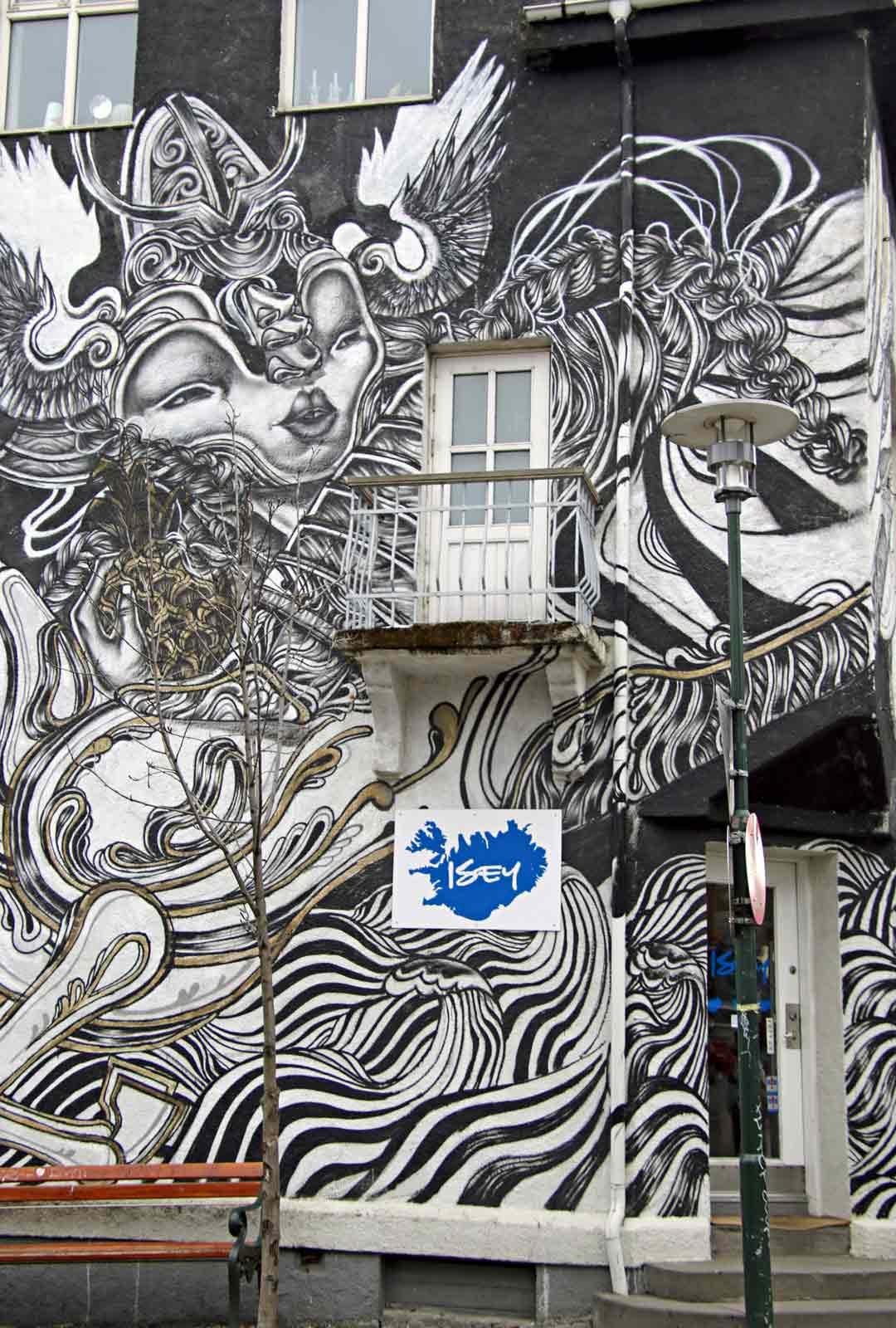 Reykjavikin keskustan talojen seinissä on toinen toistaan taidokkaampia seinämaalauksia.